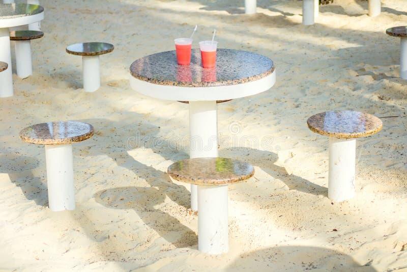 skakor på en tabell av strandkafét arkivfoton