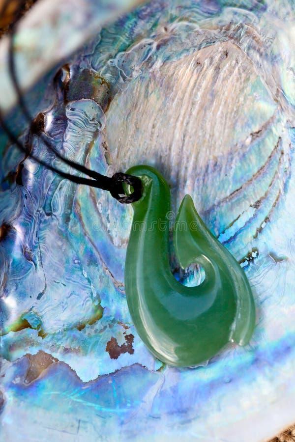 skal för hänge för paua för greenstonekrokjade royaltyfria foton