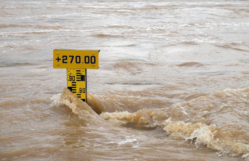 Skala des Wasserspiegeles im Fluss, flüssiges Wasser ist herein sehr turbulent stockfoto
