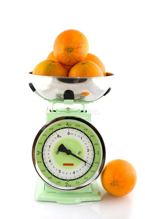 Skala für die Küche mit Frucht stockbild