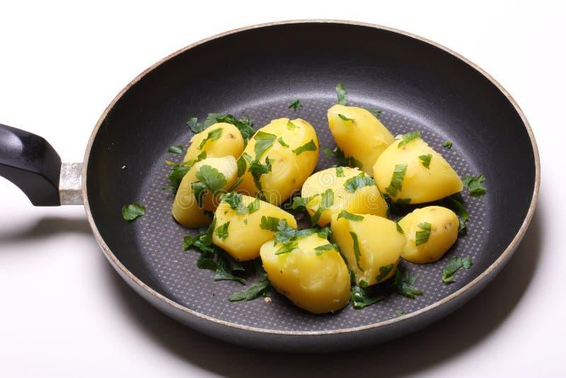 Skalade potatisar i panna fotografering för bildbyråer
