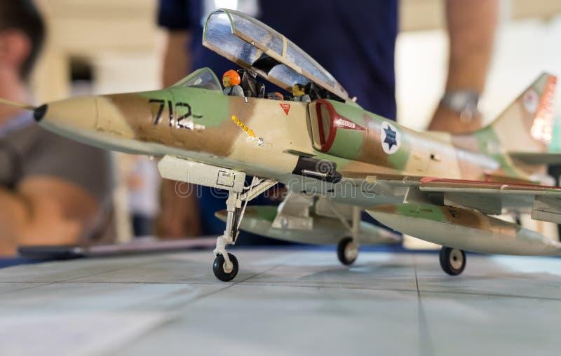Skalamodell av flygplan för kämpe för falk för General Dynamics F--16stridighet Selektivt fokusera fotografering för bildbyråer