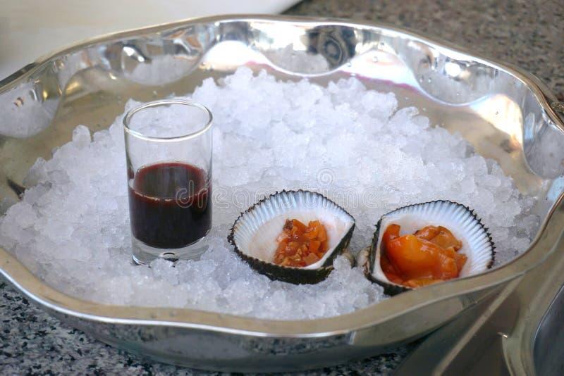 Skaldjur ostron, skal på tabellen royaltyfri fotografi