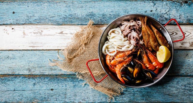 Skaldjur sorterat uppläggningsfat - räka, musslor, tioarmad bläckfisk arkivbild