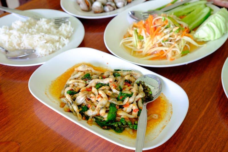 Skaldjuruppståndelse satte in basilika i platta, papayasallad och ris arkivfoto