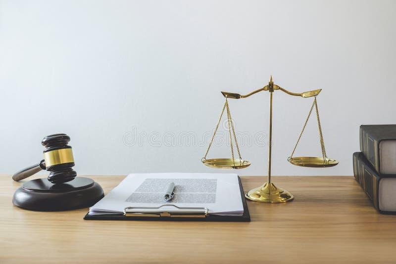 Skale sprawiedliwość i młoteczek na brzmiącej bloku, przedmiota i prawa książce pracować z sędzia zgodą w, obraz royalty free