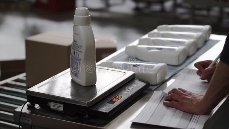 Skalen auf dem im chemischen Labor die Flaschenständer clip Chemie gegründet für Destillation stockfoto