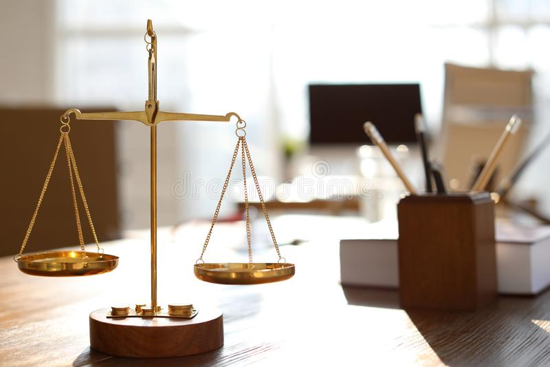 Skalen auf Tabelle in Rechtsanwalt ` s stockbild