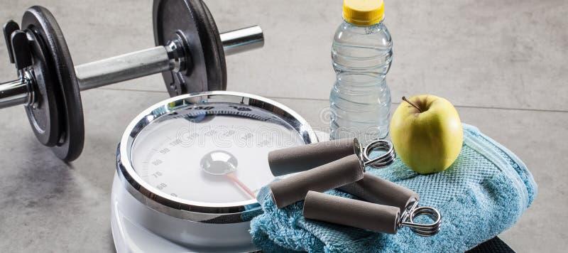 Skalen für Eignung, Training und Gewichtskontrolle auf Turnhallenboden stockfotografie