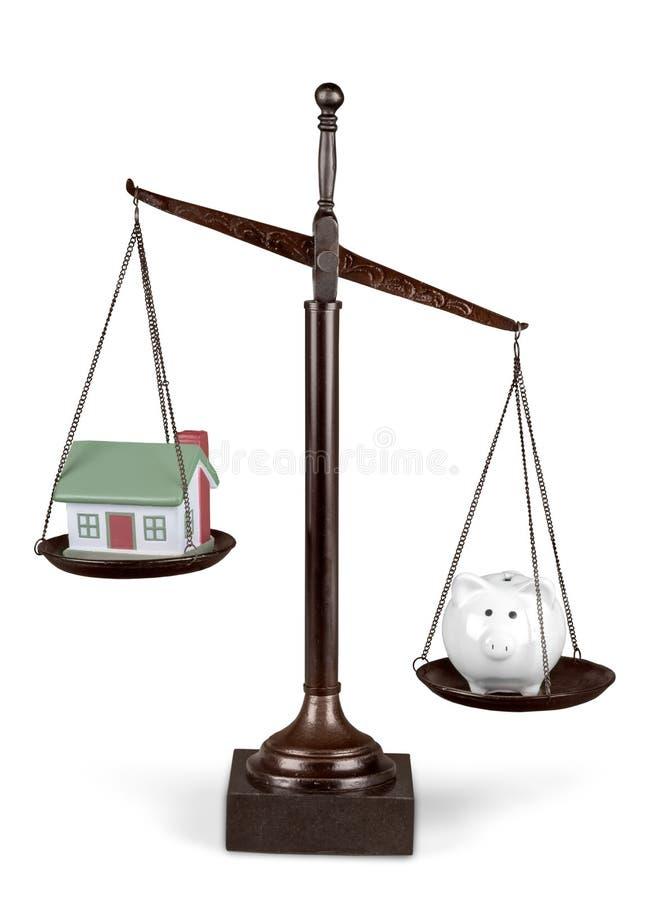 Skalen von Gerechtigkeit mit vorbildlichem House und Sparschwein stock abbildung