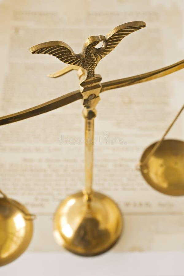 Skalen von Gerechtigkeit und von Verfassungsurkunde stockbild