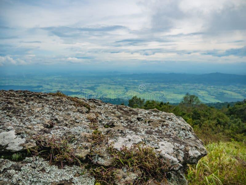 Skalista faleza z pięknym widokiem od Khao Luang góry w Ramkhamhaeng parku narodowym fotografia royalty free