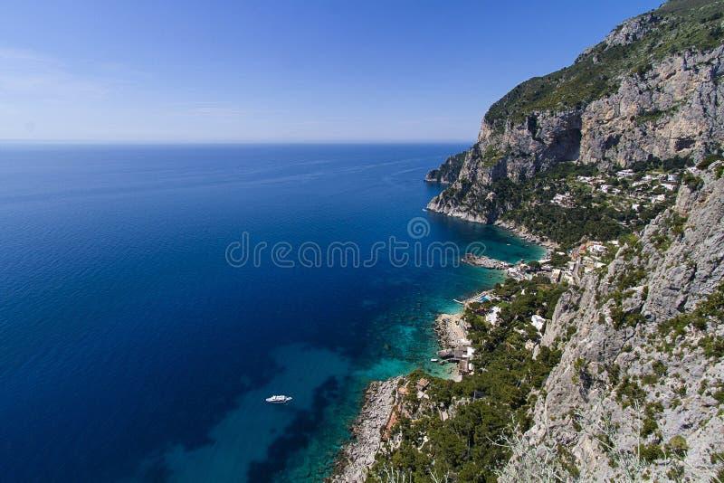 Skalista linia brzegowa, Capri wyspa (Włochy) zdjęcie royalty free