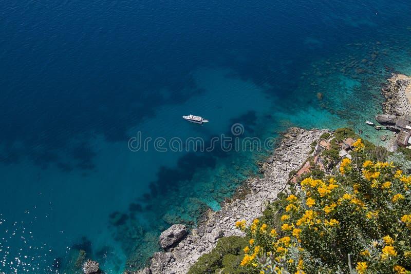 Skalista linia brzegowa, Capri wyspa (Włochy) fotografia royalty free