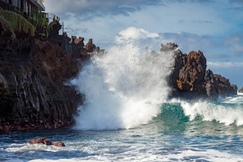 Skalista linia brzegowa przy Playa De Arena Tenerife na Luty 21, 2011 obrazy royalty free