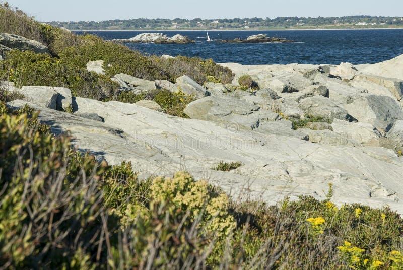 Skalista linia brzegowa przy Sachuest punktem obrazy stock