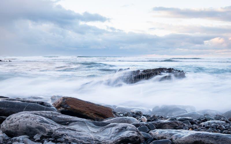 Skalista linia brzegowa w kraju baskijskim pod burzliwym niebem zdjęcie royalty free