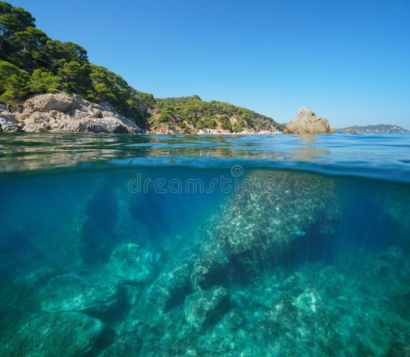 Skalista linia brzegowa z ampuł skał podwodnym morzem zdjęcia royalty free