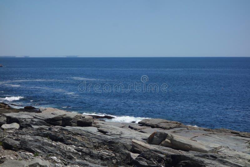 Skalista oceanu brzeg siła, wytrzymałość, szykany, twarde zdjęcie royalty free