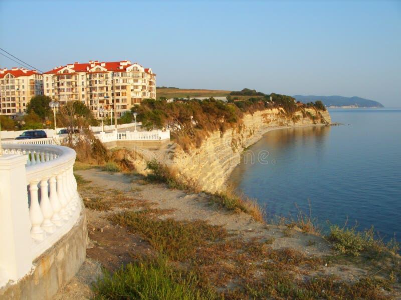 Skalista plaża i domy z dachami obraz royalty free