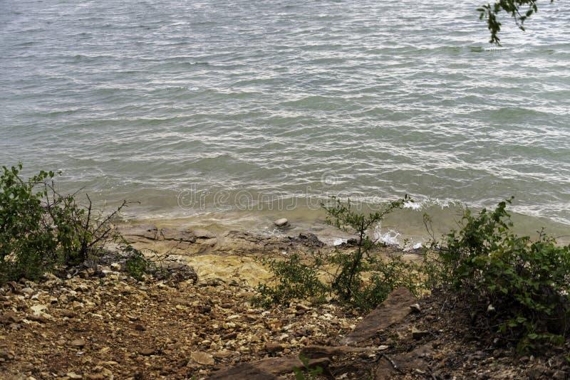 Skalista plaża na brzeg stołu Skała jezioro zdjęcia stock
