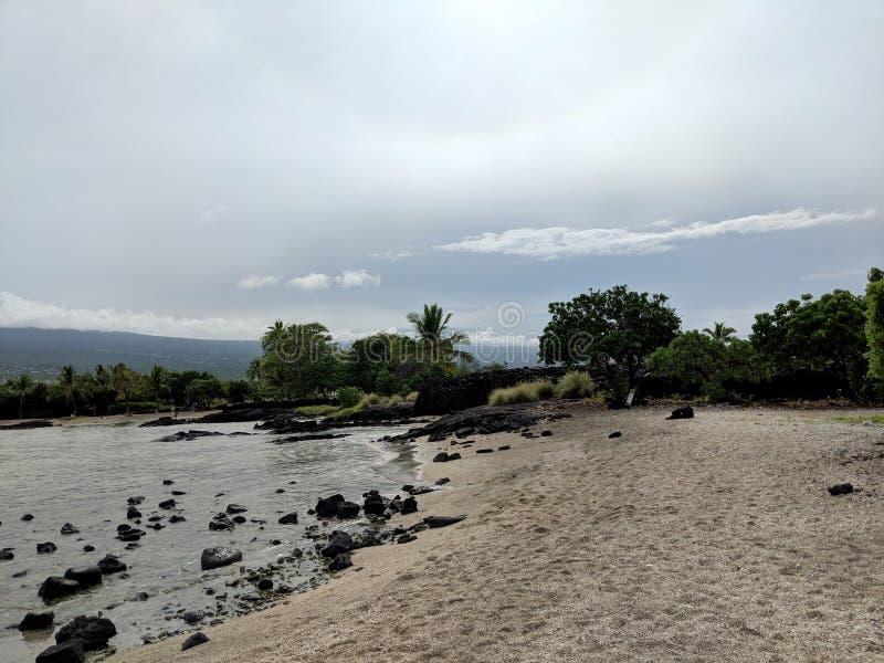 Skalista plaża przy Aiopio ryby oklepem na Dużej wyspie zdjęcie royalty free