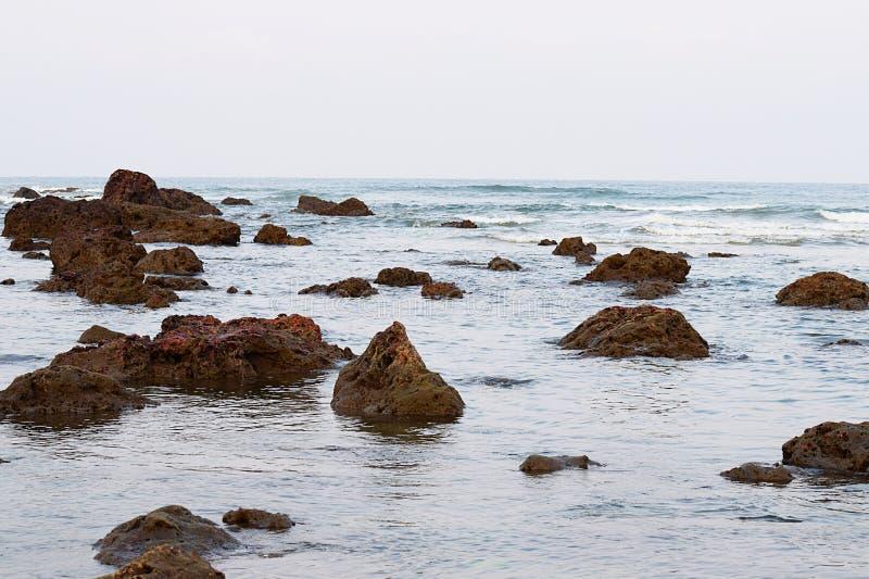 Skalista plaża w odpływie - artykuły plaża, Ganpatipule, Ratnagiri, India fotografia royalty free