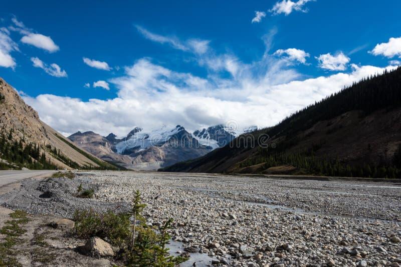 Skalista rzeczna tundra wzdłuż Icefields Parkway w Kanadyjskich Skalistych górach, Jaspisowy park narodowy zdjęcie stock