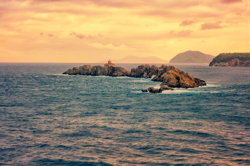 Skalista wyspa Greben z latarnią morską w Adriatyckim morzu, zmierzchu seascape, Dubrovnik, Chorwacja obrazy stock