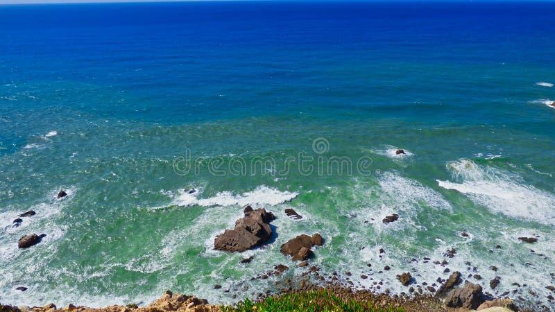 Skaliste brzeg oceanu fale Rozbija Pod falezą Cabo da Roca, Portugalia obrazy stock