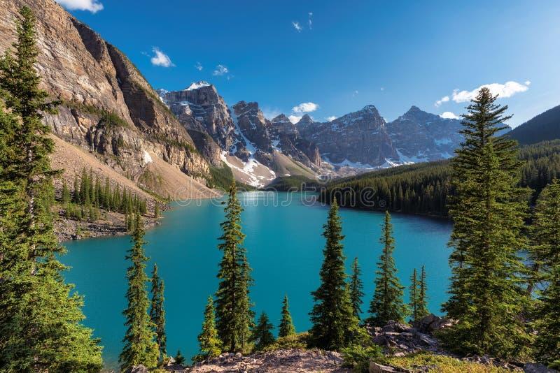 Skaliste góry - Morena jezioro w Banff parku narodowym Kanada zdjęcia stock