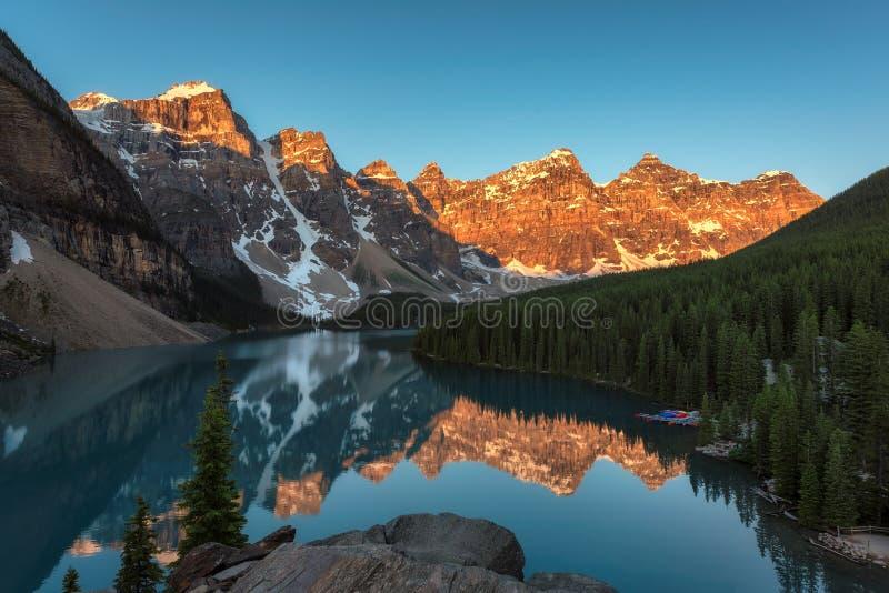 Skaliste góry przy wschodem słońca - Morena jezioro w Banff parku narodowym Kanada zdjęcie stock