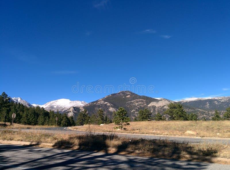 Skalistej góry parka narodowego tła tła obrazka jasnego niebieskie niebo zdjęcia stock