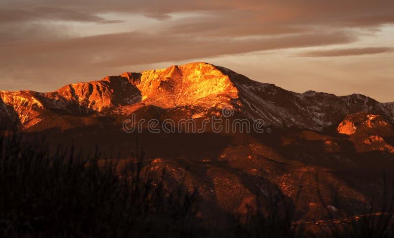 Skalistej góry wschód słońca na pikes peak - śnieg i Alpenglow! fotografia stock
