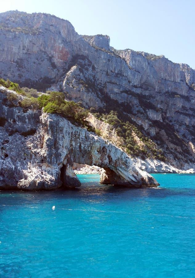 Skalisty łuk w morzu Sardinia obrazy royalty free