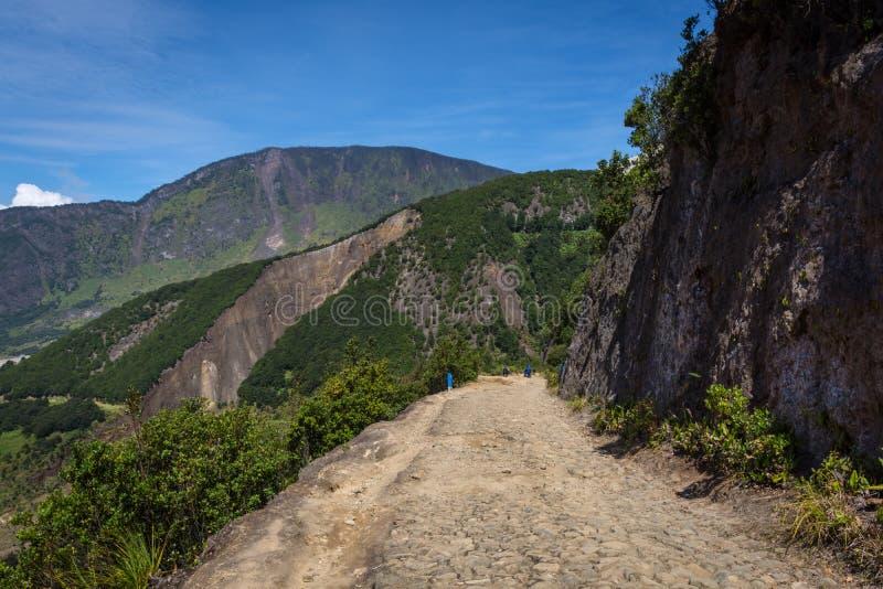 Skalisty ślad na papandayan z wspaniałym lanscape na tle Papandayan góra jest jeden ulubiony miejsce wycieczkować dalej zdjęcia stock