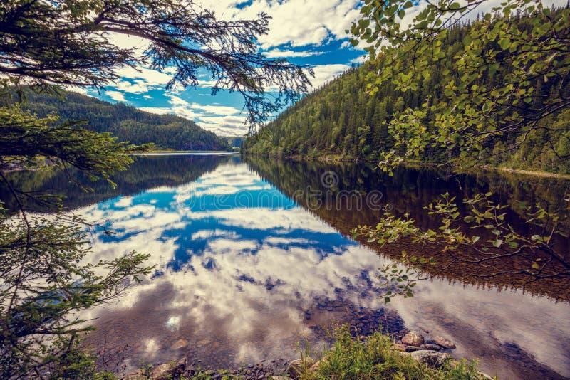 Skalisty brzeg halny jezioro zdjęcia stock