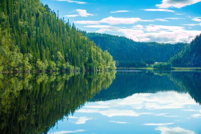 Skalisty brzeg halny jezioro zdjęcie royalty free