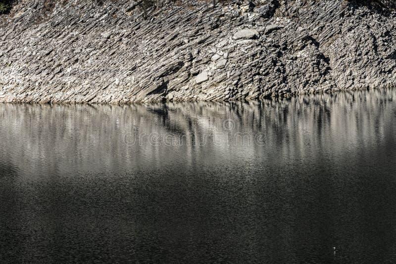 Skalisty brzeg halny jezioro fotografia stock