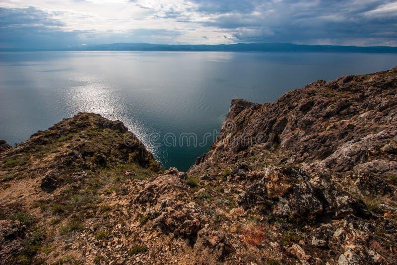 Skalisty brzeg Jeziorny Baikal z górami na horyzoncie obraz stock