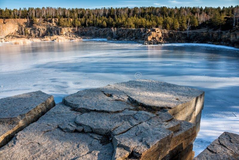 Skalisty brzeg jezioro w zimie zdjęcia stock
