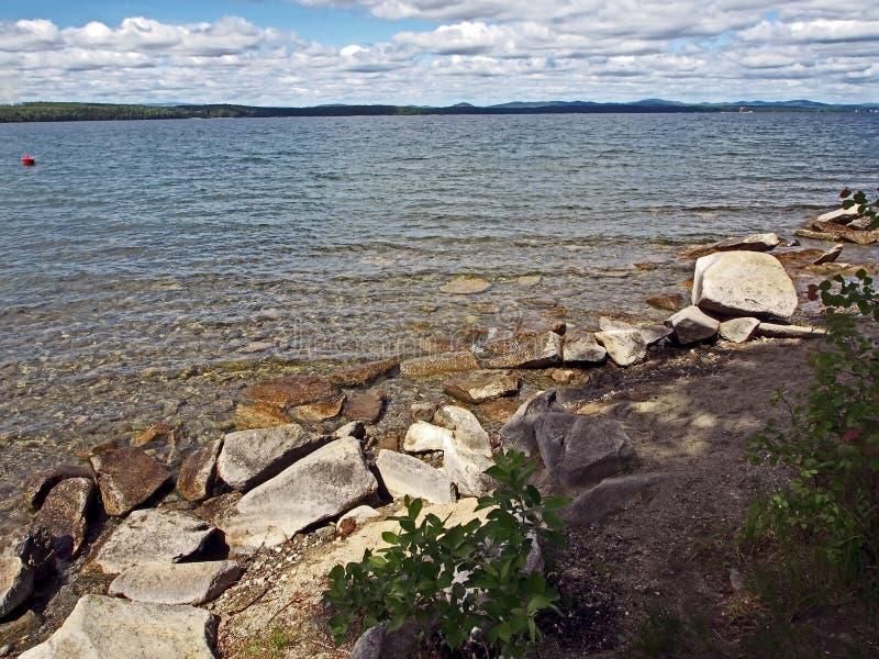 Skalisty brzeg jezioro z jasną, nasłonecznioną wodą, południowi Urals obraz royalty free