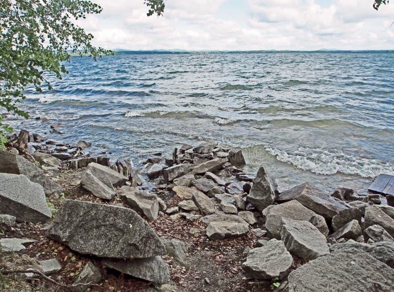 Skalisty brzeg jezioro z jasną wodą, południowi Urals obraz royalty free