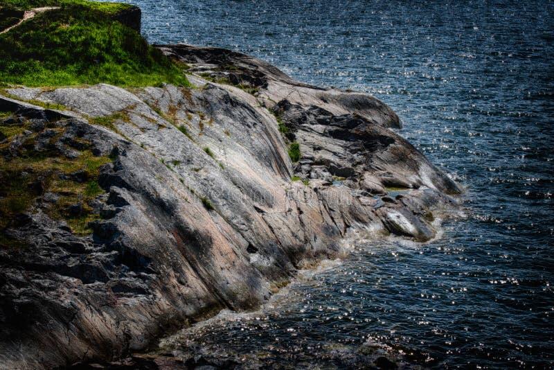 Skalisty brzeg morze bałtyckie, Finlandia zdjęcie stock