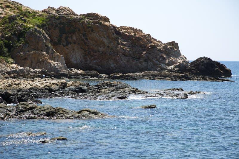 Skalisty brzeg myjący morzem zdjęcie royalty free