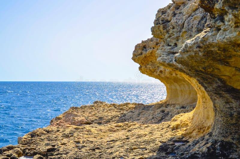 Skalisty brzeg na Śródziemnomorskim wybrzeżu zdjęcie royalty free