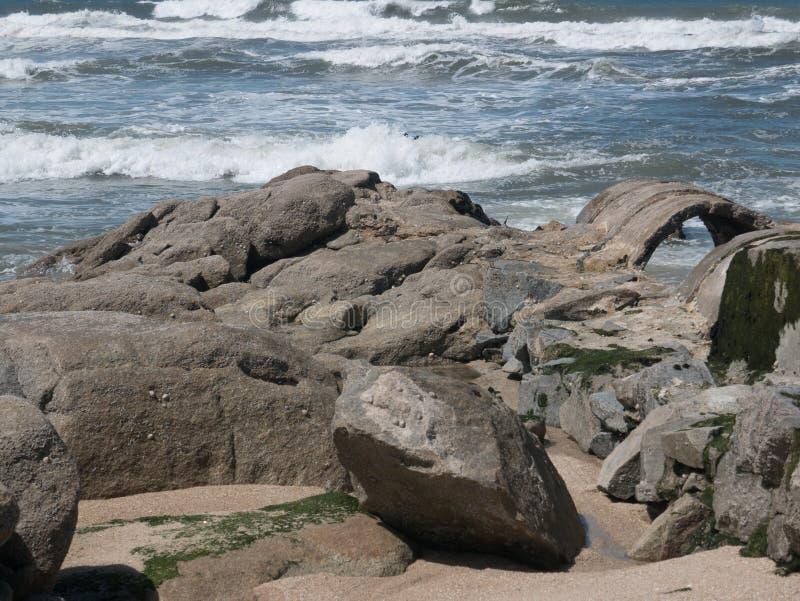 Skalisty brzeg na wybrzeżu Portugalia z falami łama w tle fotografia stock