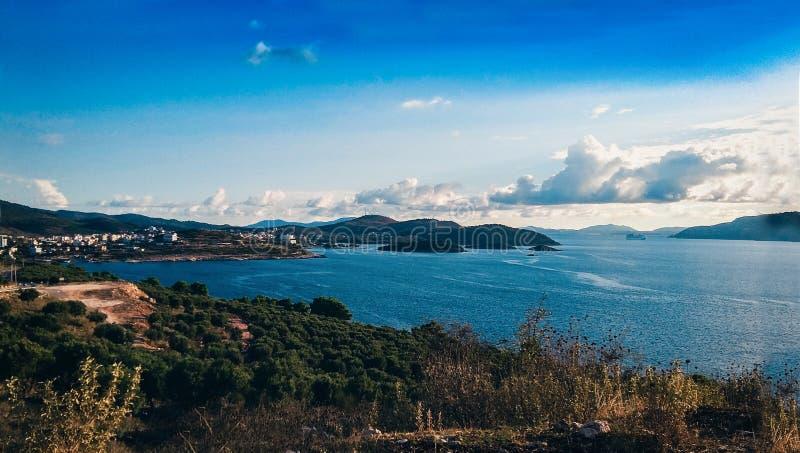 Skalisty brzeg obok Ksamil, Saranda, alba?czyk Riviera, pi?kny seascape, zmierzch obrazy stock
