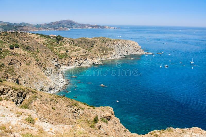 Skalisty brzeg w żołnierz piechoty morskiej rezerwie Cerbere Banyuls, morze śródziemnomorskie, Pyrenees Orientales, Cote Vermeill obrazy stock