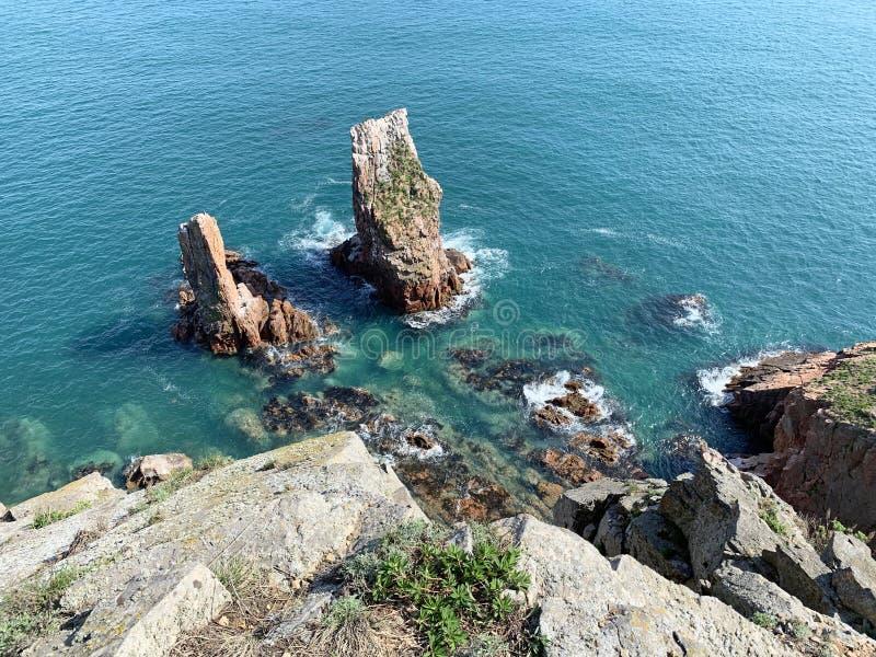 Skalisty brzeg wyspa Shkot w wiośnie Rosja, Vladivostok obraz royalty free